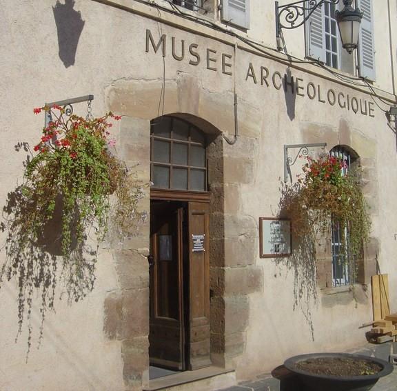Image Musée archéologique et église médiévale